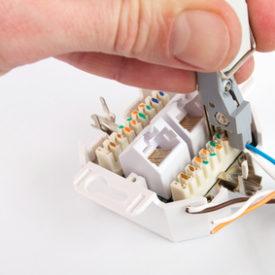 Netzwerkdose anschließen mit LSA Auflegewerkzeug